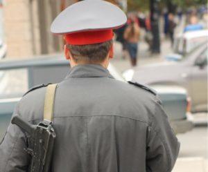 Оскорбление сотрудника полиции при исполнении: статья, чем грозит, штраф и ответственность